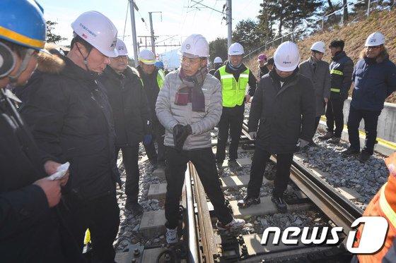 [사진]김정렬 국토부 2차관, KTX 탈선사고 현장방문