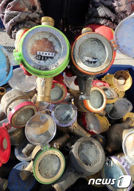 [사진]한파에 동파된 수도계량기