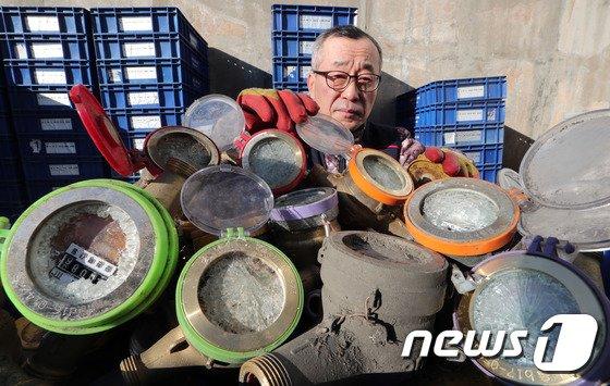 [사진]계속되는 한파... '수도계량기 동파 증가'