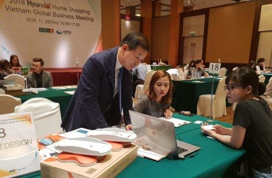 현대홈쇼핑이 지난달 말 베트남 호치민에서 진행했던 '중소기업 제품 해외시장 현지화 조사단' 프로그램을 통해 1232만 달러(약 139억원)의 수출 상담 실적을 올렸다고 12일 밝혔다./사진제공=현대홈쇼핑