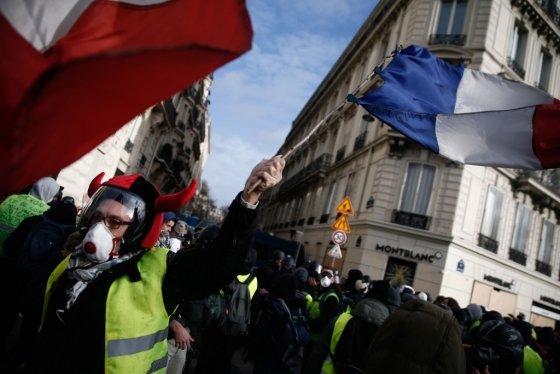 지난 8일(현지시간) 프랑스 파리 샹젤리제 거리에서 노란 조끼 시위대가 행진하고 있다. /AFPBBNews=뉴스1