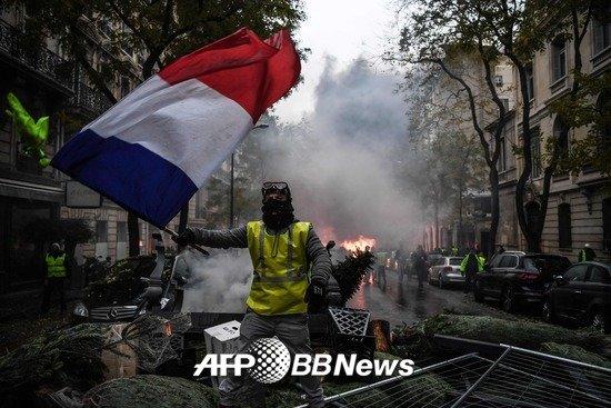 '노란 조끼' 시위자가 지난 1일 프랑스 국기를 들고 시위에 나선 모습. /AFPBBNews=뉴스1