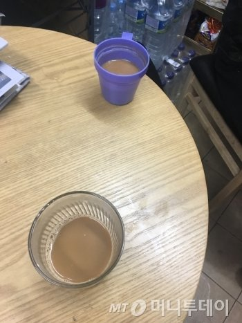 홀로 버티는 이들에게도, 함께하는 이웃들은 있었다. 폐지를 줍다 들른 한 편의점 점주 부부에게 받은 믹스커피 두 잔. 잠시 쉬면서 마시는 따뜻한 커피에 몸과 맘이 다 녹았다./사진=남형도 기자