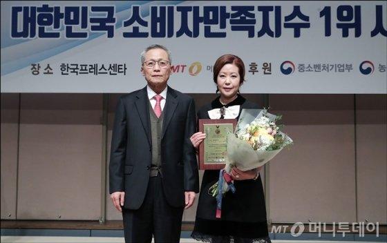'2018 대한민국 소비자만족지수 1위 시상식'에서 글로벌금융교육원 이인숙 대표가 수상했다/사진=김창현기자