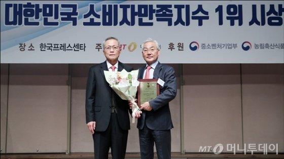 '2018 대한민국 소비자만족지수 1위 시상식'에서 더스타휴골프&리조트 최인욱 대표가 수상했다/사진=김창현기자