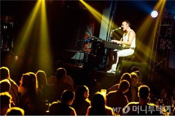 프레디 머큐리 역의 롭 코머가 한 공연에서 피아노를 연주하며 노래하는 모습. /사진제공=샹그릴라엔터테인먼트