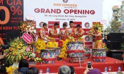 돈치킨 하롱베이점 오픈식 전경/사진제공=압구정 '돈치킨'