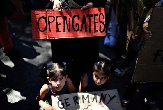 지난해 8월 2일 그리스 아테네에 위치한 독일 대사관 앞에서 난민과 이민자들이 독일의 난민 가족 송환 금지 정책 반대 시위를 열고 있다. /AFPBBNews=뉴스1