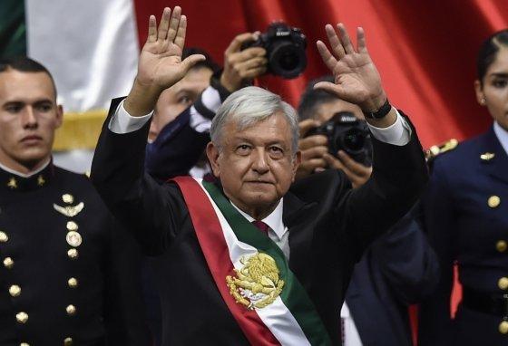 지난해 12월 1일 멕시코 멕시코시티에 위치한 의회에서 마누엘 로페즈 오브라도르 대통령이 취임 선서를 하고 있다. 오브라도르 대통령은 민족주의, 대중주의 성향으로 좌파 포퓰리스트로 주로 분류된다. /AFPBBNews=뉴스1