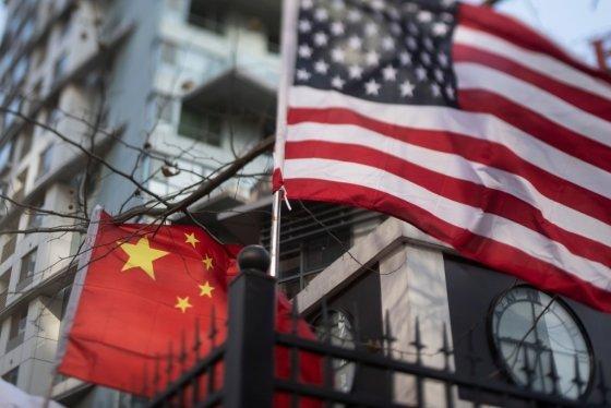 중국 베이징에 위치한 한 국제학교 건물에 중국 오성홍기와 미국 성조기가 함께 걸려있다. /AFPBBNews=뉴스1