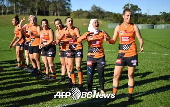 지난 5월, 레바논-호주 국적의 암나 카라 하싼(오른쪽에서 두번째) 선수가 호주 서시드니 레켐바에서 AFL(호주풋볼리그) 경기를 뛰고 있다. /AFPBBNews=뉴스1