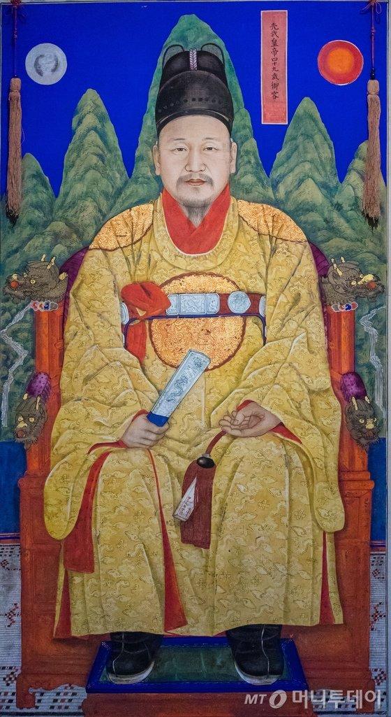 황제의 상징인 노란색 곤룡포를 입은 고종의 어진. /사진=뉴스1