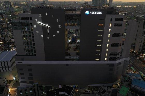 애경그룹이 서울 마포구 사옥 애경타워에 선보인 벽시계 'AK24' 모습/사진제공=AK홀딩스