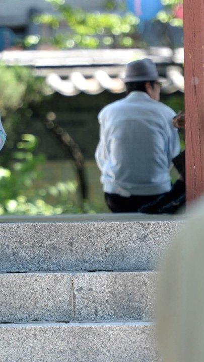 서울 종로구 탑골공원에서 한 어르신이 휴식을 취하고 있다. 사진=뉴시스
