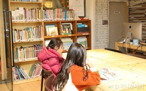 아지트틴스 1층에서 책을 읽는 아이들/사진=머니투데이