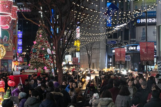 크리스마스 이브인 24일 오후 서울 명동거리가 인파로 북적이고 있다. /사진=뉴스1