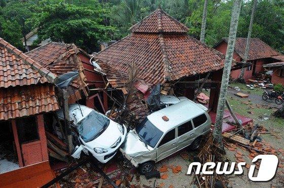 23일(현지시간) 인도네시아 안야르 지역을 덮친 쓰나미로 차량과 부서진 주택이 뒤엉킨 모습. © AFP=뉴스1