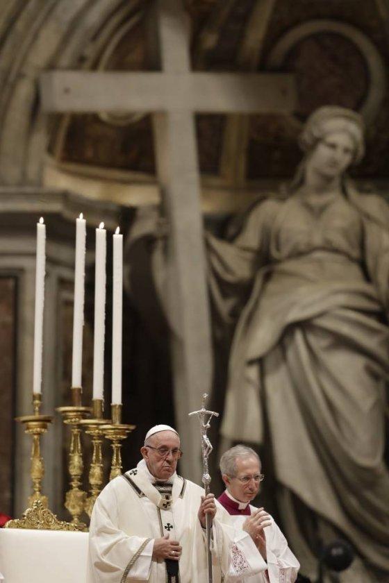 프란치스코 교황이 24일(현지시간) 바티칸 성베드로 대성당에서 성탄 전야 미사를 집전하고 있다. /사진=뉴시스