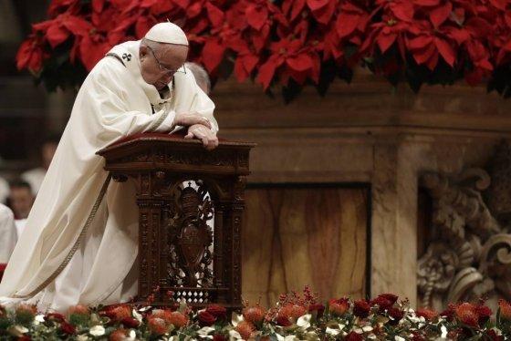 프란치스코 교황이 24일(현지시간) 바티칸 성베드로 대성당에서 성탄 전야 미사를 집전하고 있다./사진=뉴시스