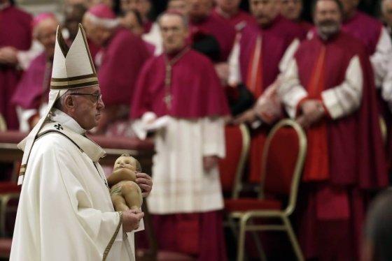 프란치스코 교황이 24일(현지시간 ) 바티칸 성베드로 대성당에서 성탄절 전야 미사를 마친 뒤 아기 예수상을 안고 걸어가고 있다. /사진=뉴시스