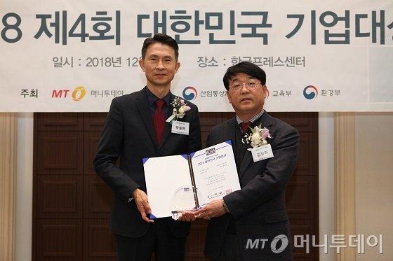 김상하 유플러스아이티 대표(사진 오른쪽)가 'IT서비스대상 2년 연속상'을 수상한 뒤 박종면 머니투데이 대표와 기념촬영 중이다/사진=중기협력팀 오지훈 기자