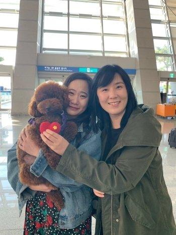 인천국제공항서 4개월 간 정든 '방아'를 꼭 안고 있는 박선우씨. 눈물이 그렁그렁 맺혔다./사진=독자 제공