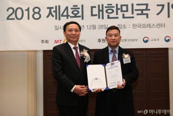 곽승범 지엔디비즈 대표(사진 오른쪽)가 'ICT대상'을 수상하고 윤병훈 머니투데이 전무와 기념 촬영을 하고 있다/사진=중기협력팀 오지훈 기자