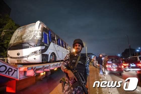 28일(현지시간) 이집트 기자피라미드 인근에서 발생한 사제폭탄 폭발로 크게 손상된 관광버스.  © AFP=뉴스1