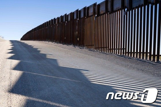 뉴멕시코 하이웨이9 인근에 있는 국경펜스. (자료사진) © AFP=뉴스1