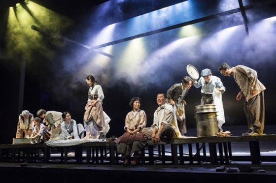 지난 2017년 국립극단에서 초연한 연극 '1945' 공연 장면. 오는 9월 국립오페라단이 연극 내용을 바탕으로 한 동명의 오페라 '1945'를 선보인다./사진제공=국립극단