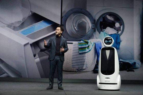 LG전자 CTO(최고기술책임자) 박일평 사장이 현지시간 7일 美 라스베이거스 파크MGM호텔에서 '고객의 더 나은 삶을 위한 인공지능(AI for an Even Better Life)'을 주제로 'CES 2019' 개막 기조연설을 진행했다.