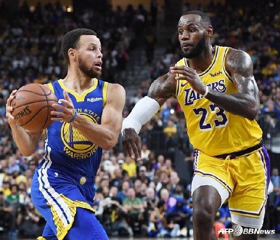 미국프로농구(NBA) 골든스테이트 워리어스의 스테픈 커리(왼쪽)와 LA 레이커스의 르브론 제임스. / 사진=AFPBBNews=뉴스1