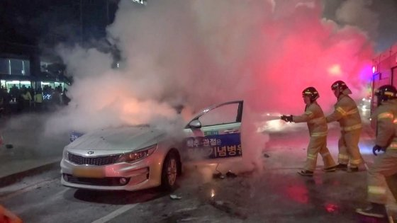 지난 9일 저녁 서울 광화문 KT 사옥 앞에서 택시기사 임모씨(65)가 자신의 택시에서 분신을 시도했다. 현장에 출동한 소방관들이 화재를 진화하고 있다. /사진=뉴스1.