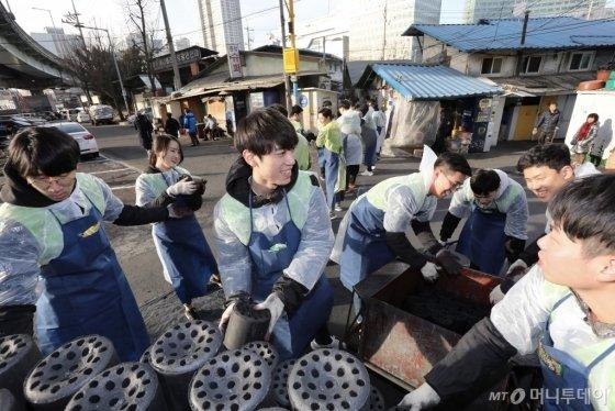 현대엔지니어링 신입사원들이 서울 영등포 쪽방촌을 찾아 연탄과 등유를 직접 배달하고 있다. /사진제공=현대엔지니어링