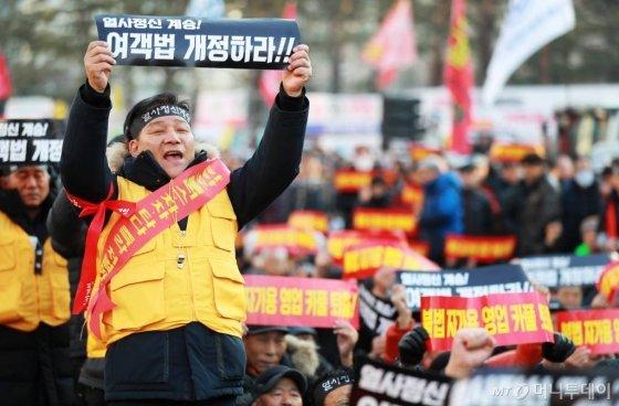 '카카오 카풀' 서비스 시행에 반대하는 전국 택시업계 노동자들이 지난달 20일 오후 서울 여의도 국회의사당 앞에서 총파업 집회를 하고 있다. / 사진=이동훈 기자