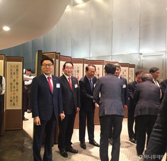 최정우 한국철강협회 회장(사진 왼쪽 첫번째)이 10일 오후 서울 강남구 포스코센터에서 열린 '2019 철강업계 신년인사회'에 참석해 인사를 하고 있다./사진=한민선 기자