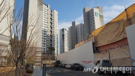 래미안 구의파크스위트 앞 구의시장(왼쪽)이 주상복합 건설을 앞두고 있다. /사진=송선옥 기자