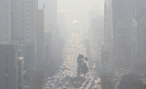 지난 11일 서울 서초구 일대가 미세먼지 영향으로  뿌옇다./사진=뉴스1