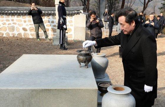 이낙연 국무총리가 12일 오전 서울 강북구 우이동 손병희 선생 묘소를 찾아 참배하고 있다. /사진=뉴스1