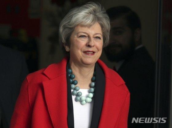 【런던=AP/뉴시스】 테레사 메이(Theresa May) 영국 총리가 6일(현지시간) 런던에 위치한 공영방송사 BBC에서 인터뷰를 마치고 나오고 있다. 이날 인터뷰에서 그는 이달 14~15일 중으로 '브렉시트(영국의 유럽연합 탈퇴) 합의안'을 의회에 상정, 표결에 부치겠다고 밝혔다. 2019.01.07.   <저작권자ⓒ 공감언론 뉴시스통신사. 무단전재-재배포 금지.>