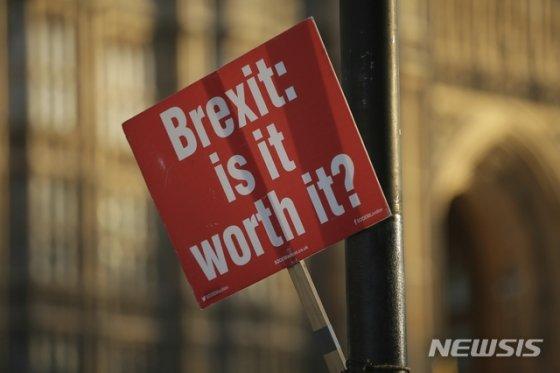 【 런던=AP/뉴시스】 영국 런던 국회의사당에서 12일(현지시간) 테리사 메이 총리의 불신임 투표가 진행되는 동안 '브렉시트: 가치가 있는가?'라고 적힌 판이 가로등에 붙어있다. 2018.12.13    <저작권자ⓒ 공감언론 뉴시스통신사. 무단전재-재배포 금지.>