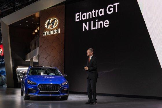 현대자동차 미국법인(HMA) 상품기획담당 마이크 오브라이언(Mike O' Brien) 부사장이 엘란트라 GT N Line 차량을 소개하는 모습/사진제공=현대차