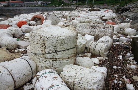 양식장에서 쓰이는 스티로폼 부자. 이것이 우리나라 바다쓰레기 중에 큰 비중을 차지하고 있다. /사진 제공=오션