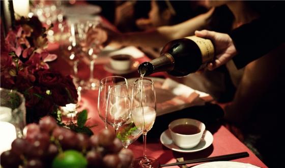 서울웨스틴조선호텔의 설 패키지 '버블리 홀리데이'에는 골드빛 풍선들로 꾸며진 라운지에서 다채로운 디저트와 와인을 즐길 수 있는 '버블리 와인 살롱' 이용혜택이 포함돼 있다. /사진 제공=서울웨스틴조선호텔