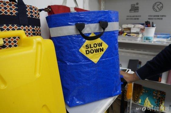 가방이 하나 팔릴 때마다 아프리카 우간다 아이들에게 기부되는 제리백 가방 모습./사진=한민선 기자