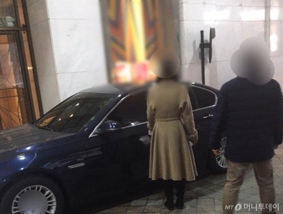 17일 오후 한 백화점 주차요원이 치마에 코트를 걸친 유니폼을 입고 주차 안내를 하고 있다./사진=남형도 기자