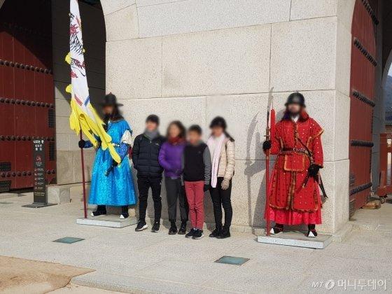 외국인 관광객들이 지난 16일 서울시 종로구에 위치한 광화문 앞에서 수문장과 사진을 찍고 있다./사진=이지윤 기자