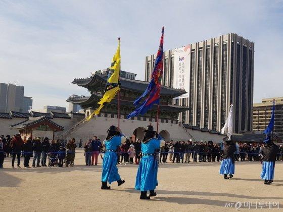 지난 16일 서울 종로구에 위치한 경복궁에서 교대의식이 진행되는 모습./사진=이지윤 기자