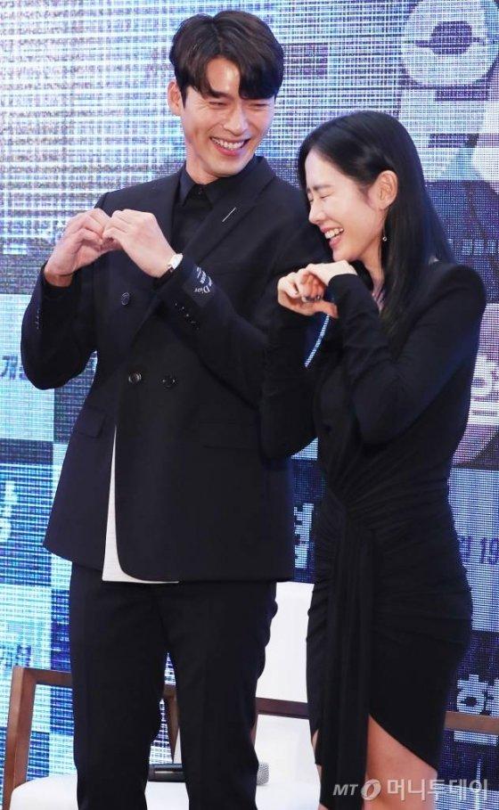 배우 현빈, 손예진이 영화 '협상(감독 이종석)' 쇼케이스에 참석해 포즈를 취하고 있다./사진=머니투데이DB