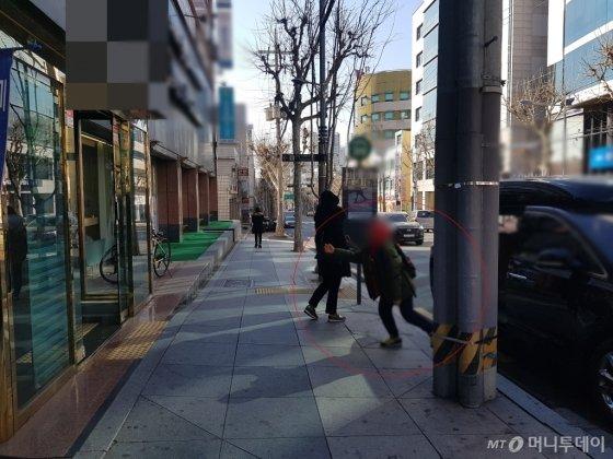 지난 24일 오후 서울시 강남구 대치동 학원가 근처에서 한 학생이 학부모의 차에서 내려 학원을 들어가고 있다. /사진=이재은 기자
